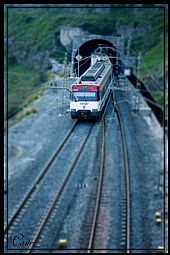 Tren saliendo del tunel