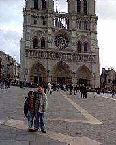 Antonio Miguel y Blas en París Notre Dame al fondo