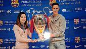 Nano y Ainhoa, con la Champions ganada por el F.C. Barcelona al M.United