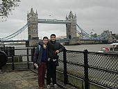 Francisco José Ruiz Lobato y Daniel García Luque delante del Tower Bridge, en Londres