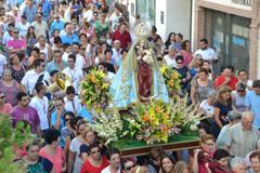 Centenares de perotes acompa�an a la Patrona en su traslado