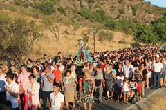 Centenares de perotes acompa�an a la Virgen de Flores en su traslado