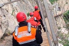 Protección Civil rescata a una mujer accidentada en el Caminito del Rey