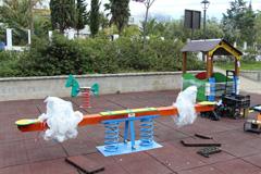 El Ayuntamiento repara y mejora el parque infantil de Bermejo