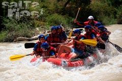 Un grupo de jóvenes disfrutan de una jornada de rafting en el río Genil