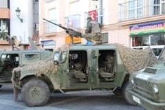 Álora acoge una exposición de coches de combate y armamento de la Legión