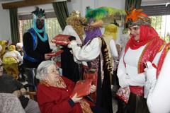 Los Reyes Magos reparten caramelos, regalos e ilusión en las Residencias
