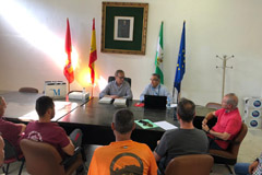 El Alcalde entrega la RPT a los/as representantes de los trabajadores/as