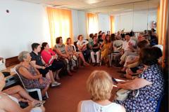 """El grupo de mujeres """"Noches de luces"""" mantiene una reunión con la AECC"""