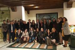 Un grupo de  mujeres disfrutan de un viaje a Torremolinos