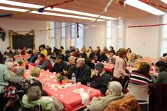 Un centenar de personas participan en la Merienda Navideña de la Barriada