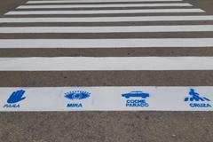 El Ayuntamiento dibuja pictogramas en los pasos de cebra